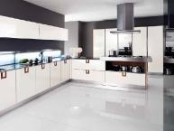 Cucina moderna con penisola polifunzionale