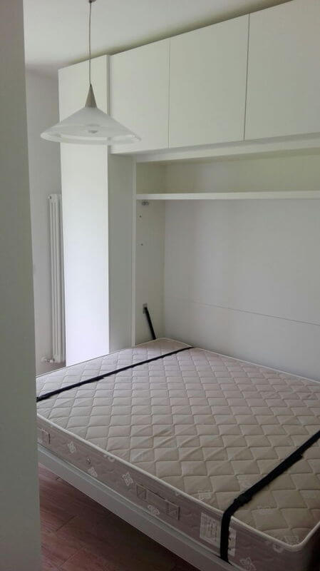 Arredamento piccola stanza con letto matrimoniale a scomparsa a Riva ...