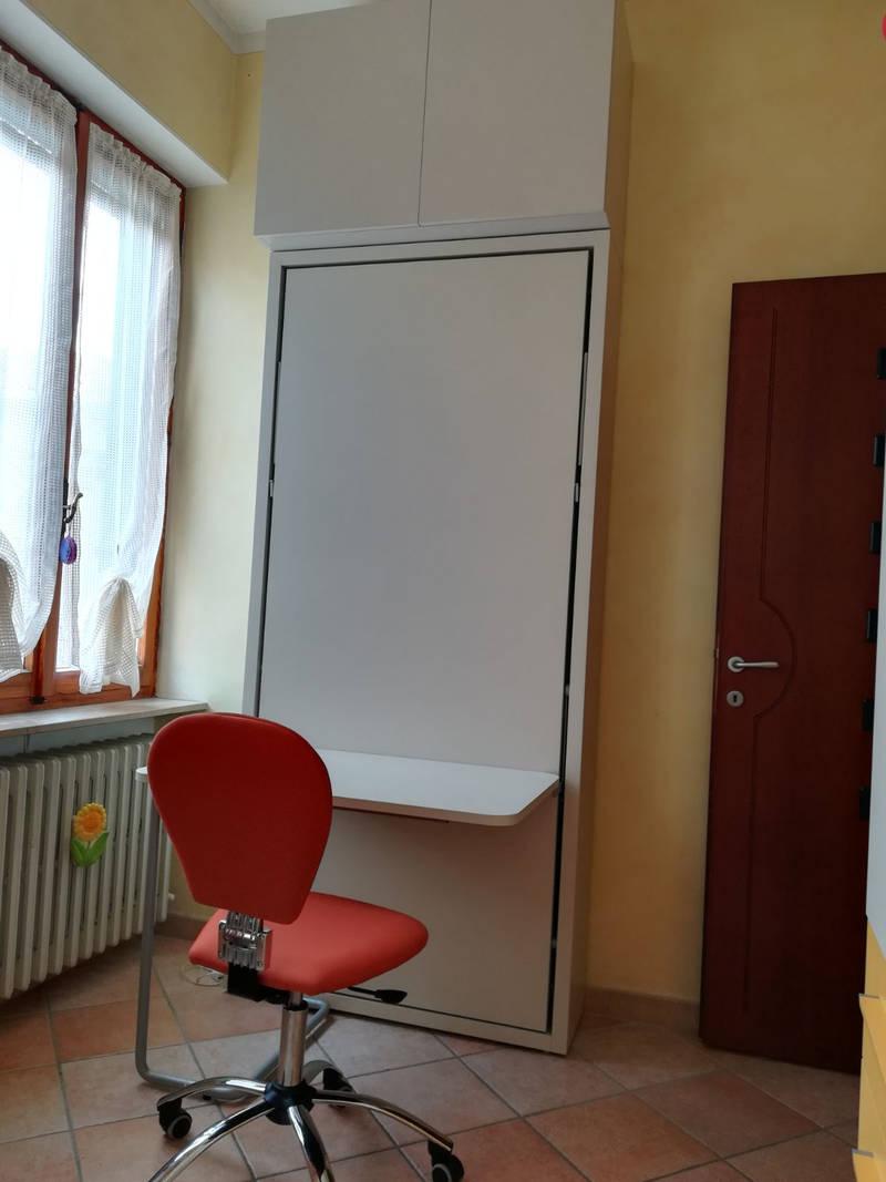Cameretta con letto a scomparsa singolo con scrivania a Ghemma (Novara)