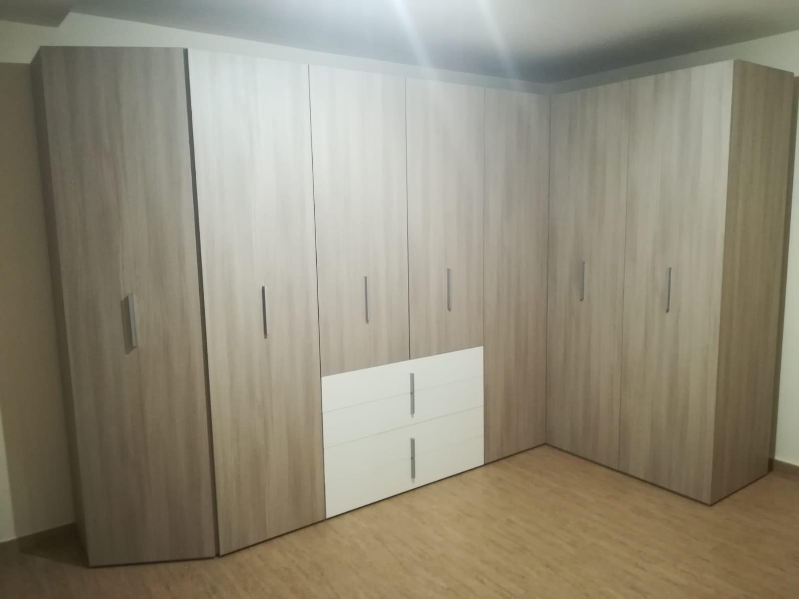 Arredamento stanza multifunzione con letto matrimoniale ...