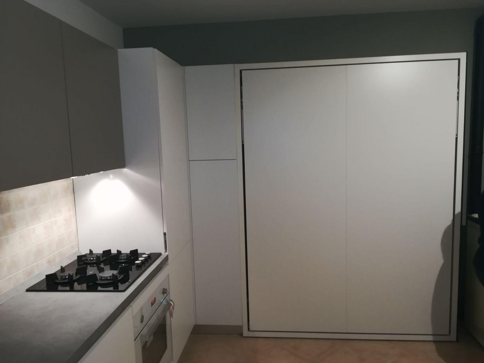 Arredamento casa in montagna con cucina su misura e letto matrimoniale a scomparsa
