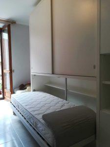 Arredamento stanza con letto singolo con armadio a Torino