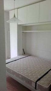 Arredamento piccola stanza con letto matrimoniale a scomparsa a Riva del Garda