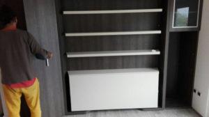 Arredamento di un monolocale a Malcesine con il letto a scomparsa matrimoniale girevole